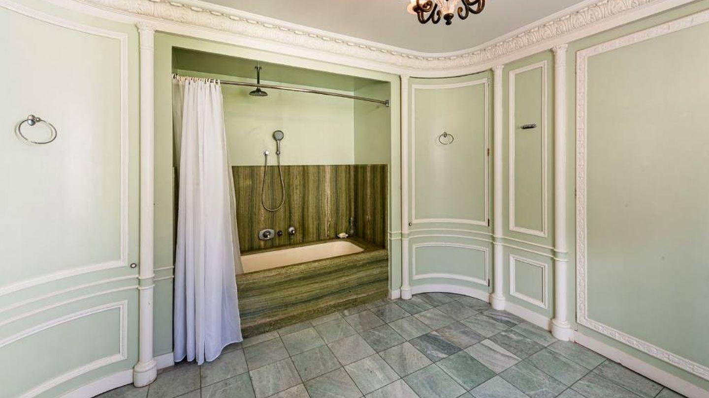 Uno de los baños de la vivienda. (Damianos Sotheby's International)
