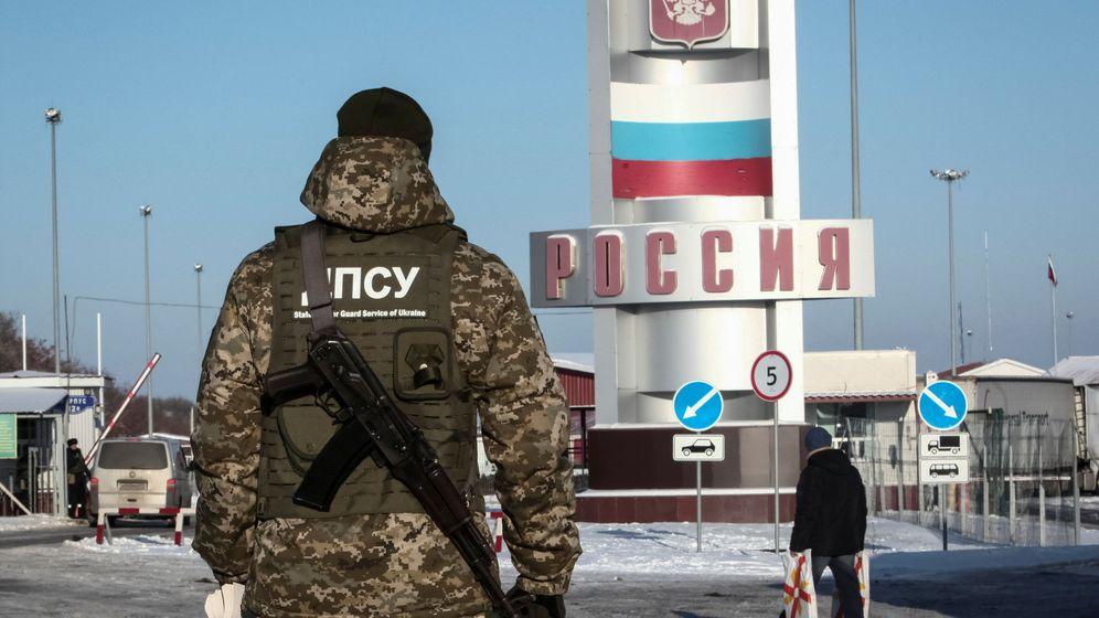 Foto: Un miembro de la Guardia de Fronteras de Ucrania en la frontera con Rusia, en la región de Jarkov, el 28 de noviembre de 2018. (Reuters)