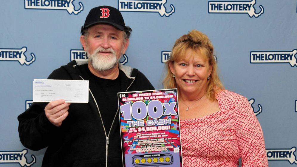 Foto: Kevin Phillips y Janet Pflaumer-Phillips, cuando ganaron su segundo millón en 2016 (Foto: Massachusetts Lottery)