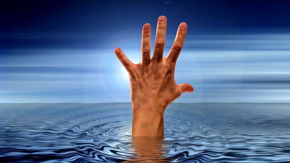 Foto: Una mano saliendo del agua (Pixabay)
