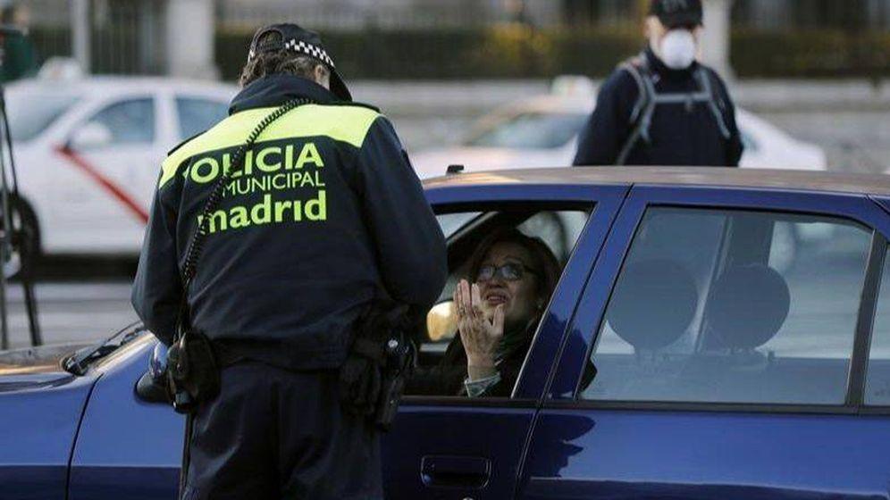 Foto: Un policía municipal de Madrid pone una multa a una conductora. (EFE)