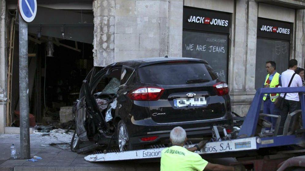 Foto: Un coche se empotra contra una tienda en Lleida. (EFE)