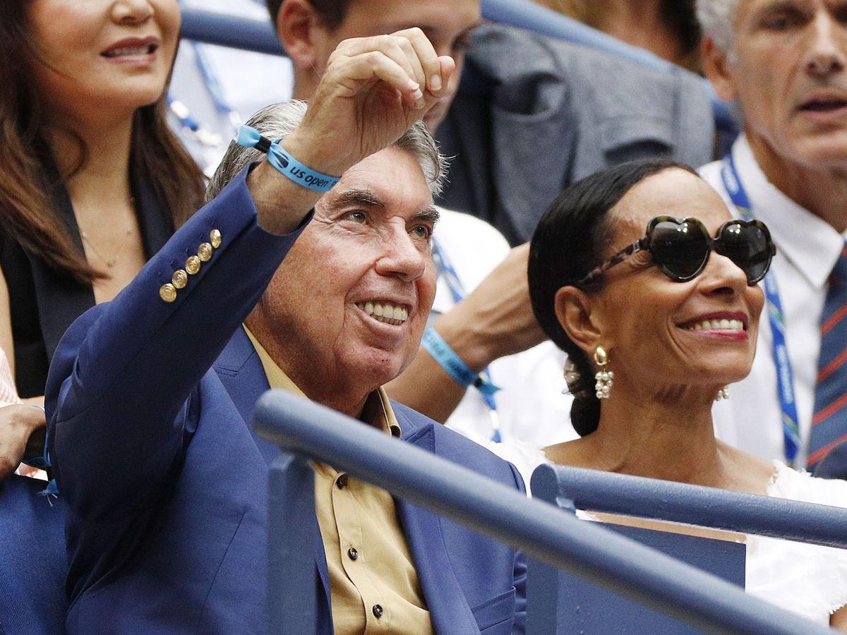 Foto: Manolo Santana, junto a su mujer, Claudia. (EFE)