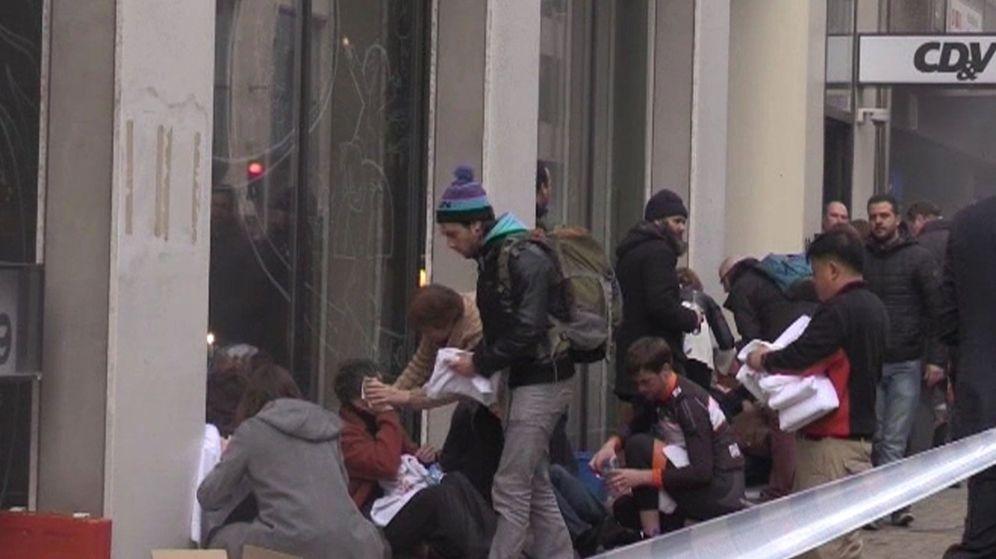 Foto: Varios heridos son atendidos en las calles de Bruselas. (EFE)