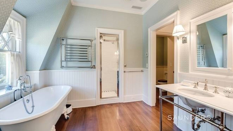 Uno de los ocho baños de la casa. (NY State MLS)
