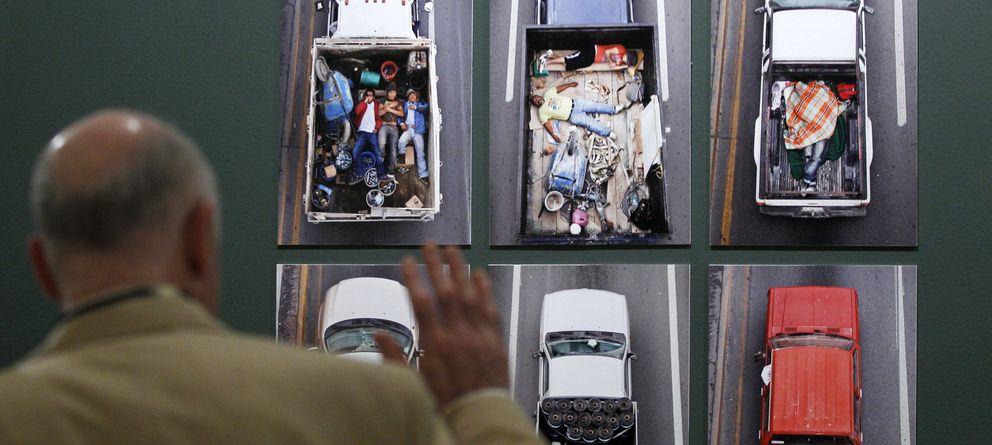 Foto: Visitante ante las fotos de una muestra dedicada Manuel Álvarez Bravo el pasado año. (Efe)