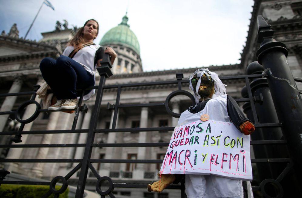 Foto: Una manifestante opositora ante el Congreso Nacional argentino durante una huelga de profesores, en Buenos Aires. (Reuters)
