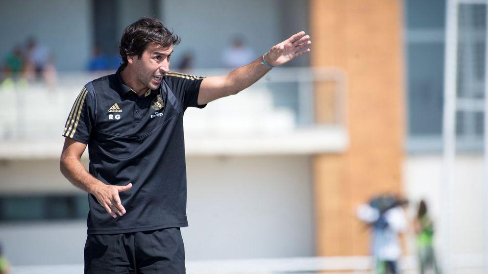 Foto: Raúl González dando indicaciones desde la banda al Castilla. (EFE)
