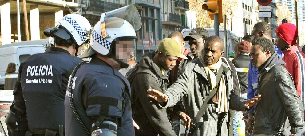 Foto: Desalojo de una veintena de personas en Poblenou, Barcelona. (Efe)