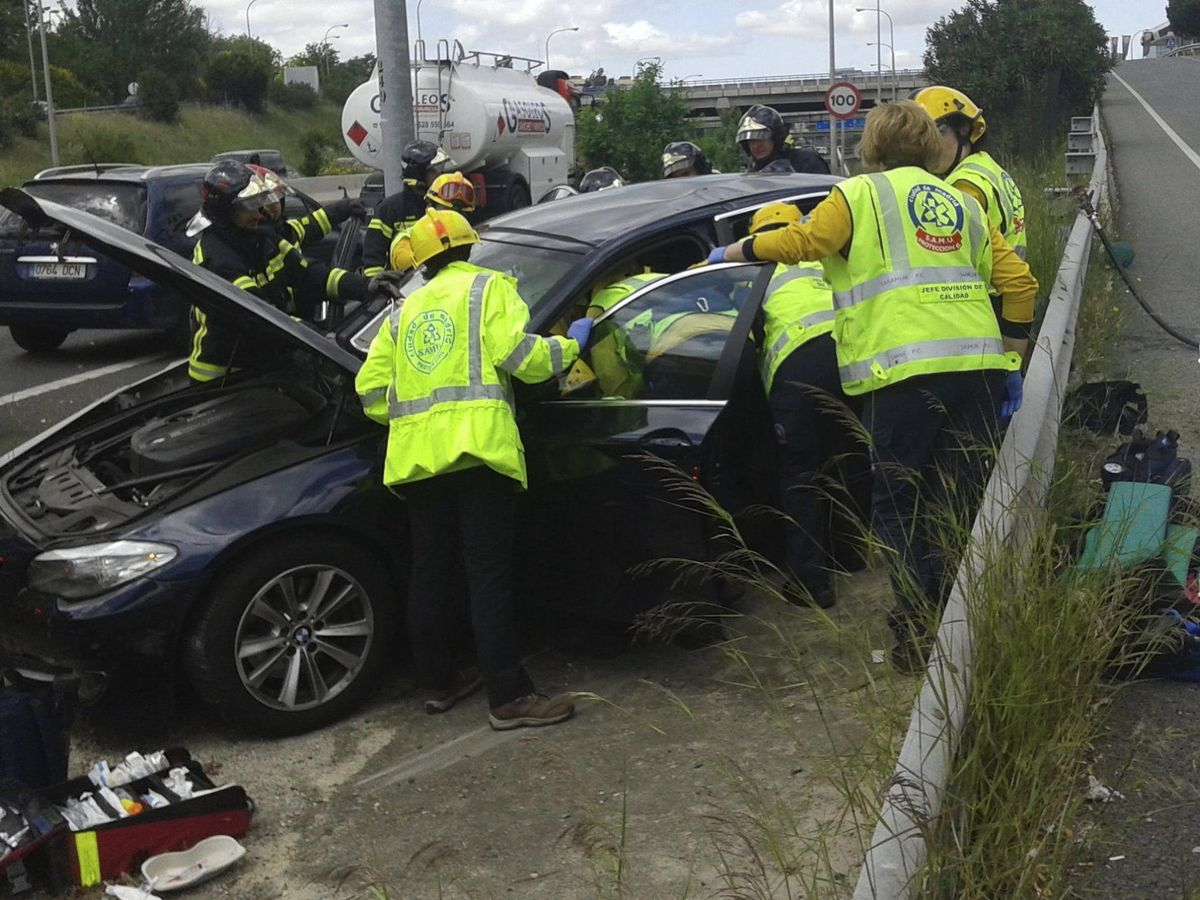 Foto: Accidente en la M-40 madrileña entre un turismo y un camión cisterna cargado de gasóleo que dejó un herido grave en 2015. (EFE)