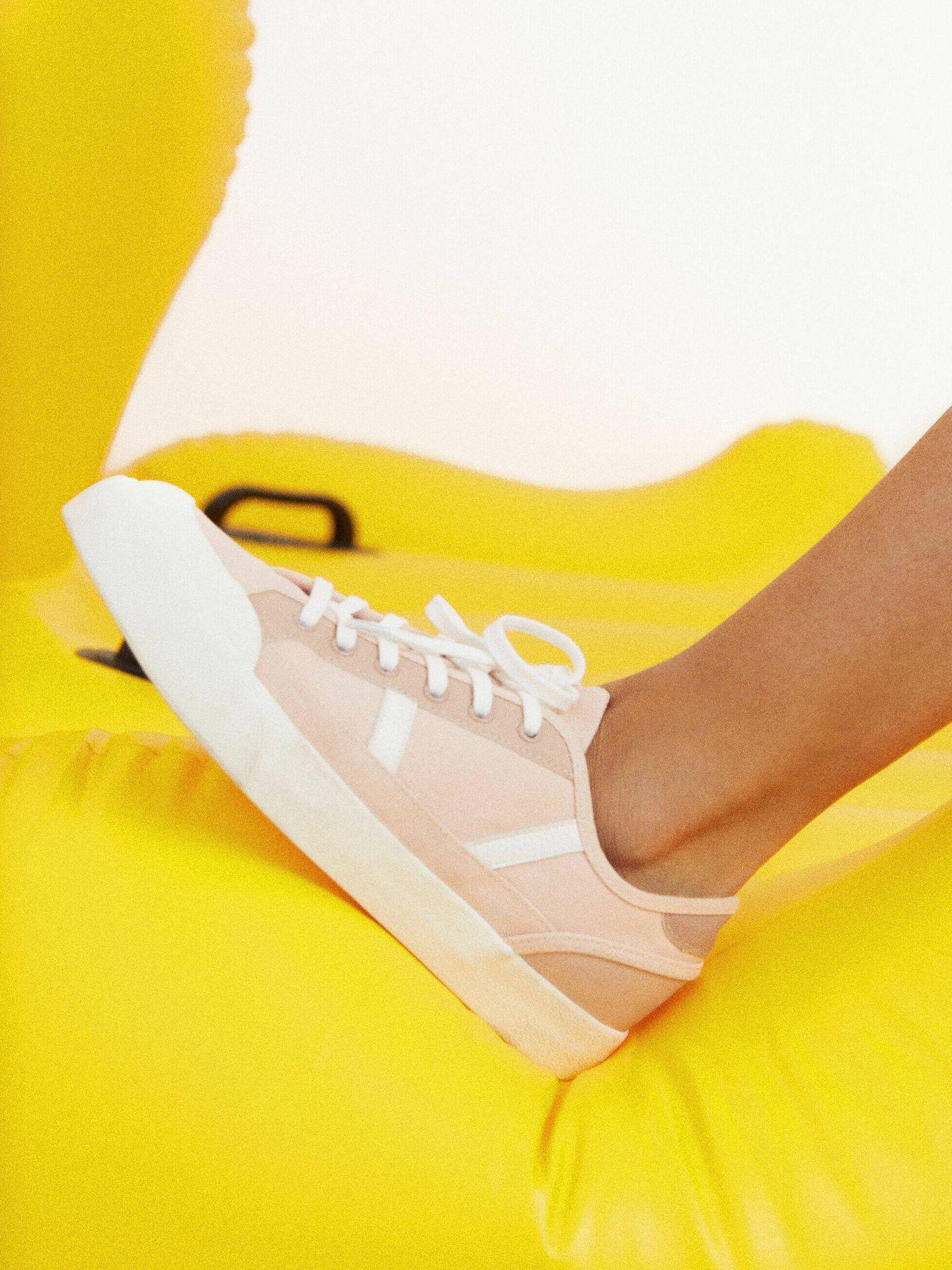 Las zapatillas de deporte de Parfois más veraniegas. (Cortesía)