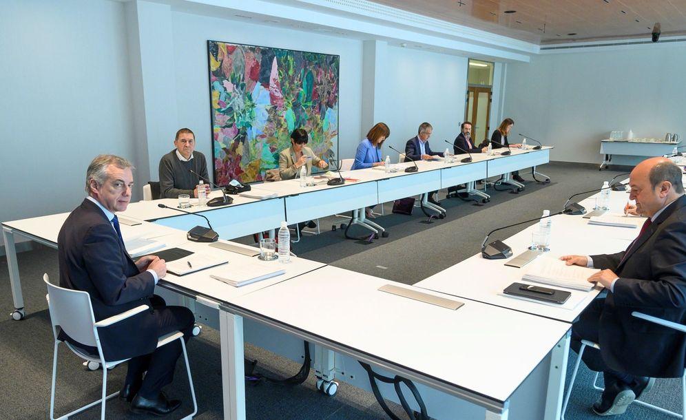 Foto: Urkullu durante la reunión de este jueves con representantes de los partidos. (Irekia)