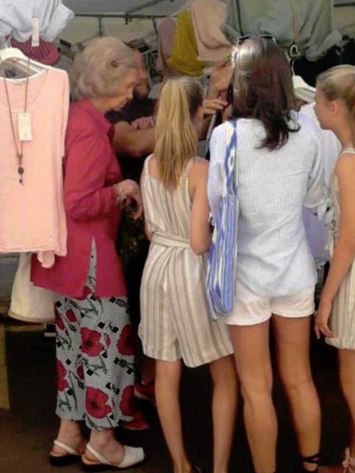 Letizia, sus hijas y la reina Sofía mirando los puestos del mercadillo. (Diario de Mallorca)