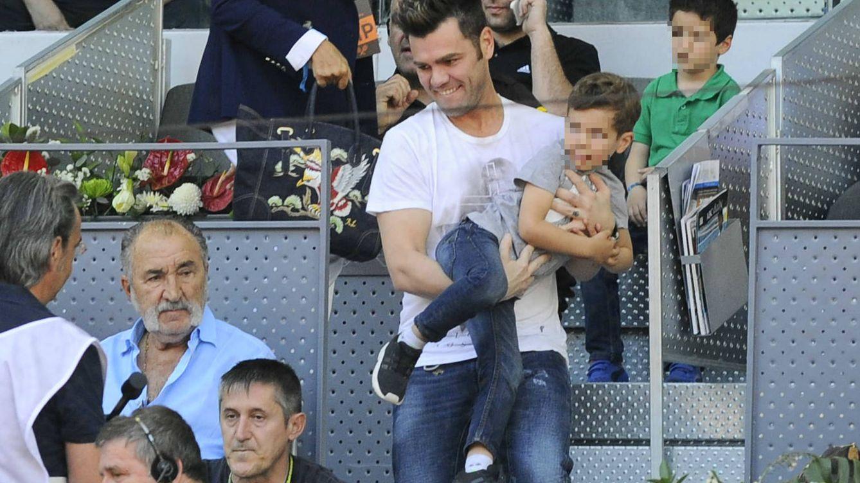 Foto: Fonsi Nieto con su hijo Lucas en el Open de Tenis de este año (Gtres)