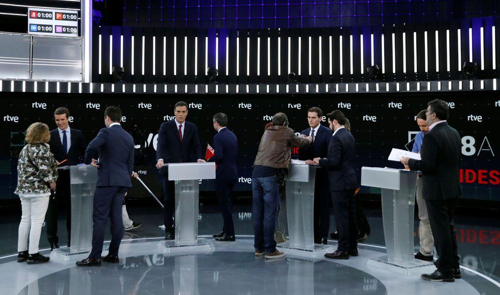 Foto: Pablo Casado, Pedro Sánchez, Albert Rivera y Pablo Iglesias, con sus asesores, en el debate de RTVE del pasado 22 de abril. (Reuters)