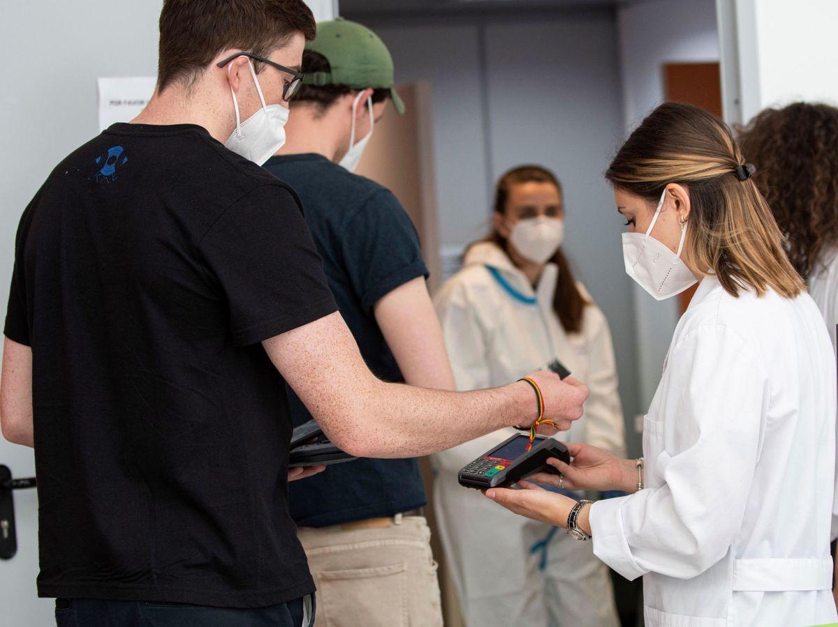 Foto: Tursistas hacen cola para hacerse una PCR en el aeropuerto de Palma de Mallorca. (EFE)