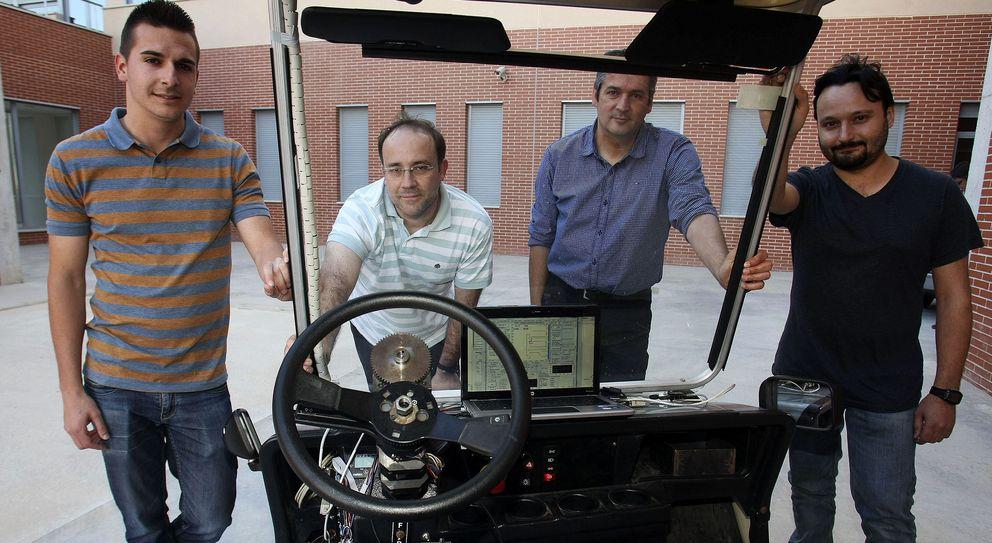 Foto: Los creadores del 'gadget' en la Universidad de Alicante (Efe)