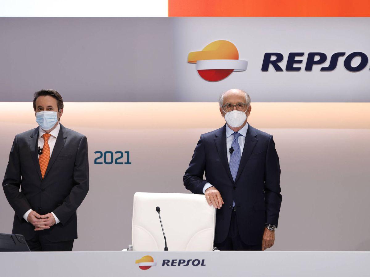 Foto: El consejero delegado de Repsol, Josu Jon Imaz, a la izquierda de la foto, y el presidente de la petrolera, Antonio Brufau, a la derecha. (Foto cedida por Repsol)