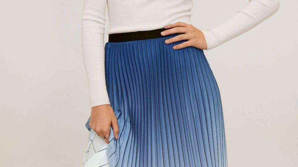 Esta falda midi plisada de Mango es digna de Letizia, Kate Middleton y Rania