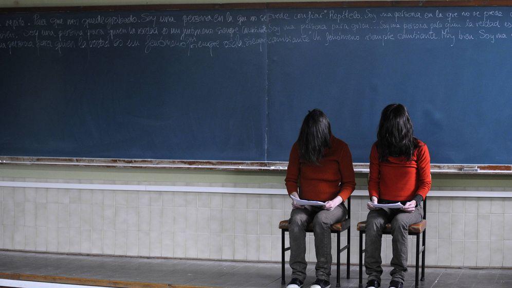 Foto: Dos actrices representan una obra teatral en Gijón. (Reuters/Eloy Alonso)
