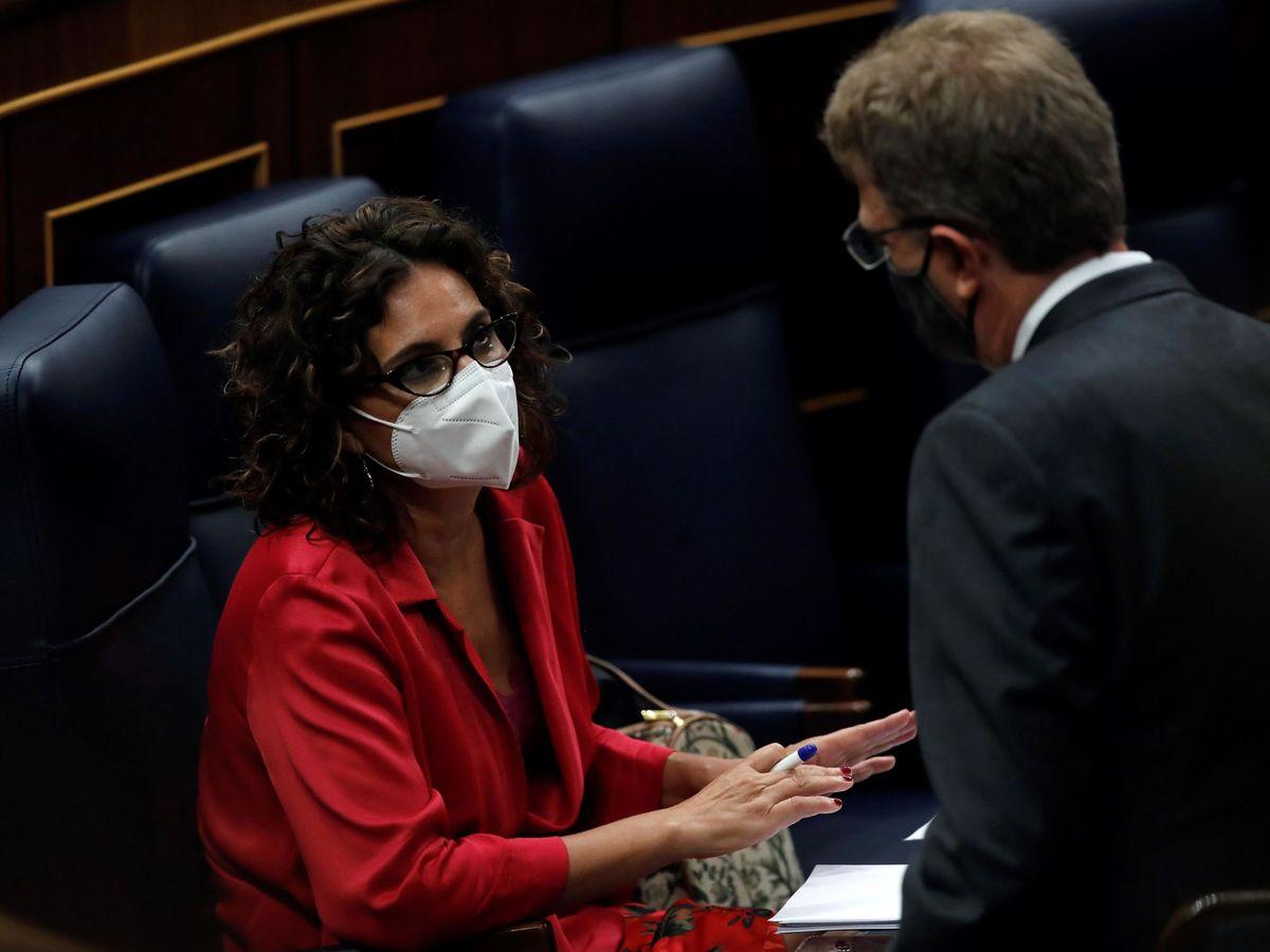 Foto: El diputado del PDeCAT Ferran Bel conversa este jueves en el Congreso con la ministra de Hacienda, María Jesús Montero. (EFE)