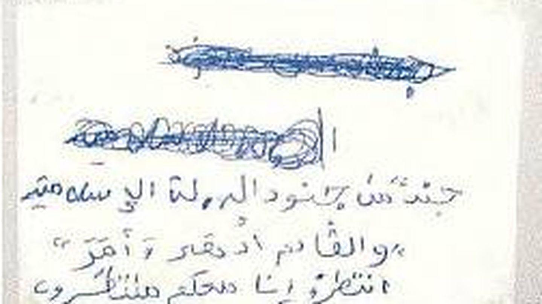 Escrito (caligrafía madura en árabe) del líder de la célula donde se identifica como soldado del ISIS.