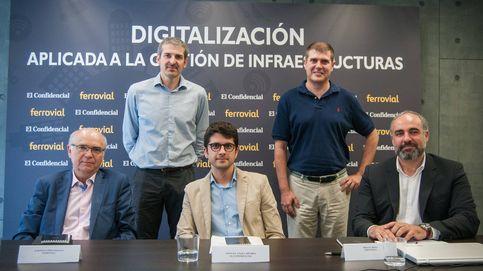 Mesa redonda 'Digitalización aplicada a la gestión de infraestructuras', con Alberto López-Oleaga (Ferrovial), Javier de la Ossa (Sadako), Antonio Polo (Drivesmart) y Miguel Rosa (Aerotools). Fotos: Carmen Castellón.