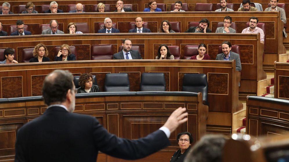 Foto: El presidente del Gobierno, Mariano Rajoy, en el Congreso, se enfrenta a la oposición. (EFE)