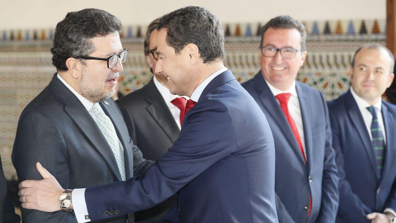 Juanma Moreno saluda a Francisco Serrano. (EFE)
