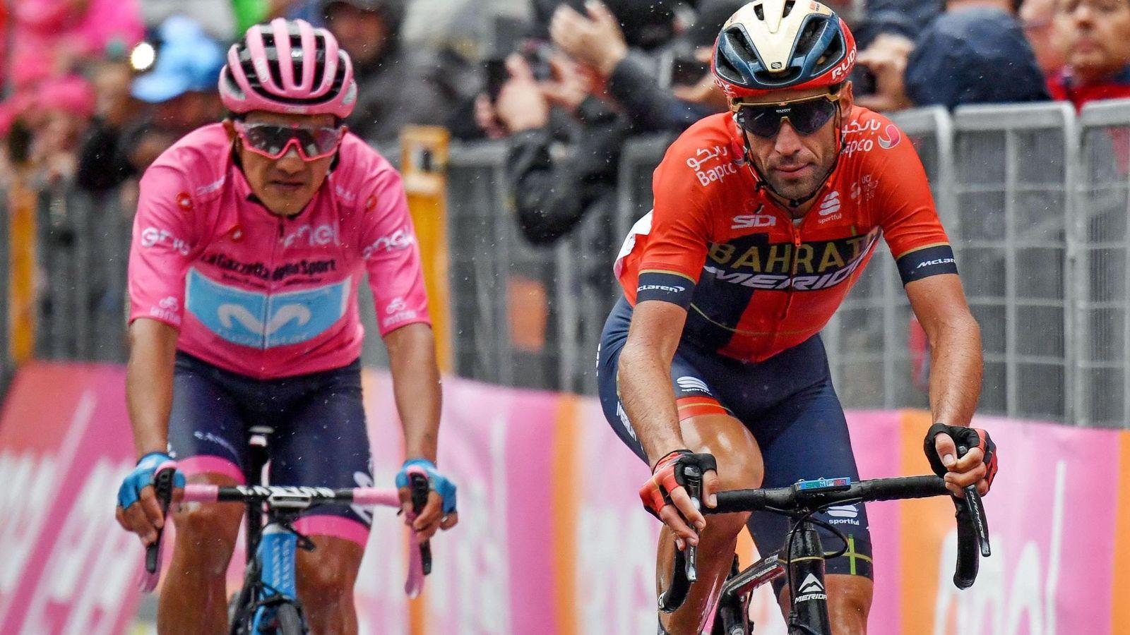 Foto: Richard Carapaz (i) sigue como líder del Giro de Italia. (EFE)
