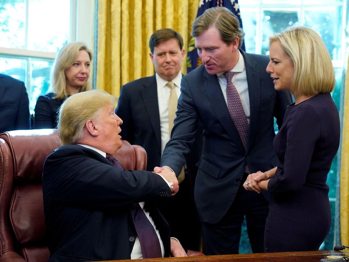 Foto: Trump junto a Chris Krebs, en una imagen de archivo. (Reuters)