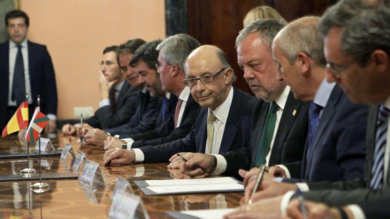 Cristóbal Montoro durante la Comisión Mixta del Concierto Económico. (EFE)
