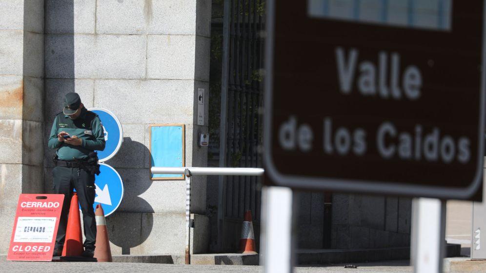 Foto: Guardia Civil en el acceso al Valle. (Reuters)