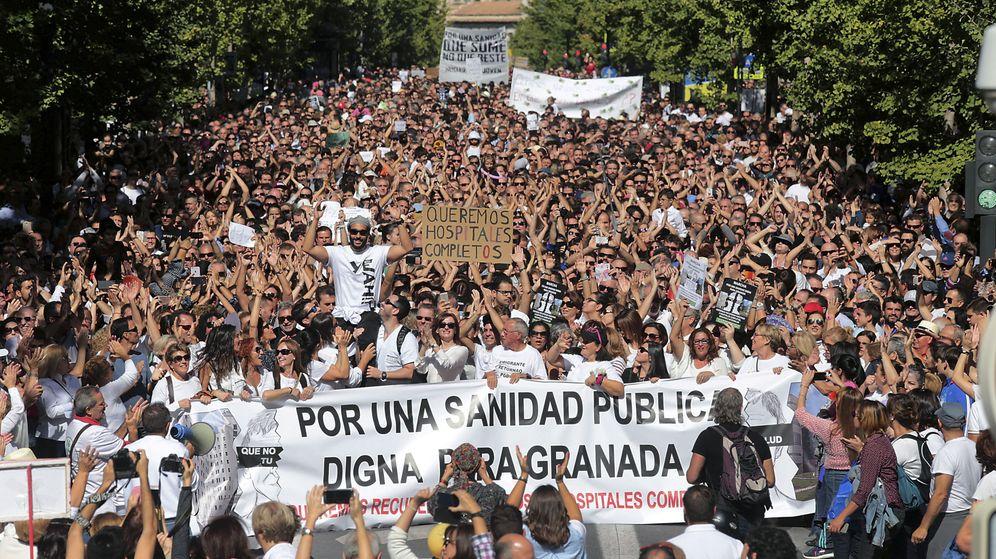 Foto: Manifestación en Granada contra la fusión de hospitales. (EFE)