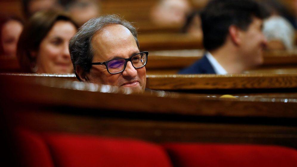 Foto: Quim Torra escuchando las intervenciones de los portavoces de la oposición durante la primera sesión del pleno de su investidura. (EFE)