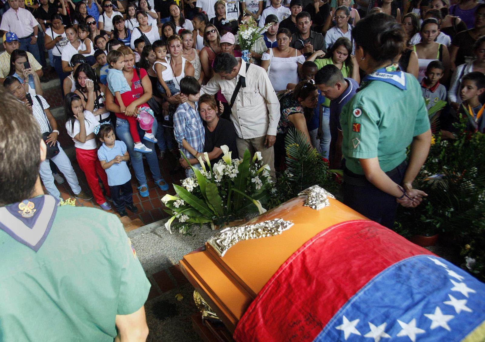 Foto: Venezolanos ante el ataúd de Kluiver Roa, el joven asesinado por la Policía durante una protesta en San Cristóbal (Reuters).
