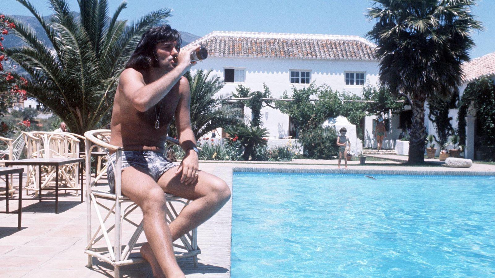 Foto: George Best, durante una vacaciones con su familia en el verano de 1977 (ImagoSport).