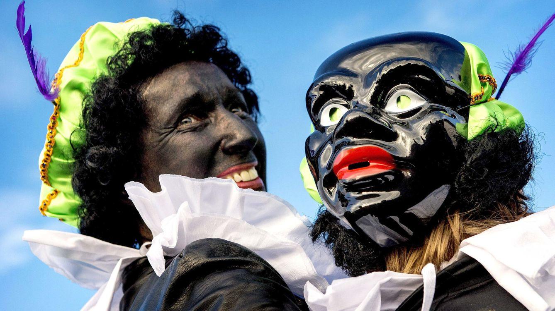 Foto: Dos personas disfrazadas de 'Zwarte Piet' (Pedrito el Negro). (EFE)
