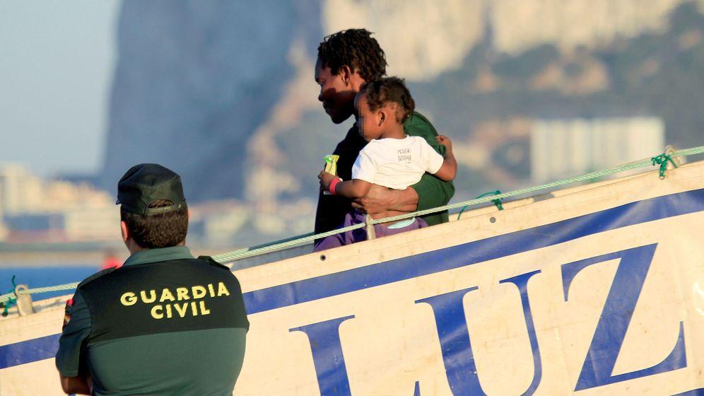 Foto: La embarcación de salvamento marítimo 'Luz de Mar' atraca en Crinavis (Cádiz) con 240 inmigrantes. (EFE)