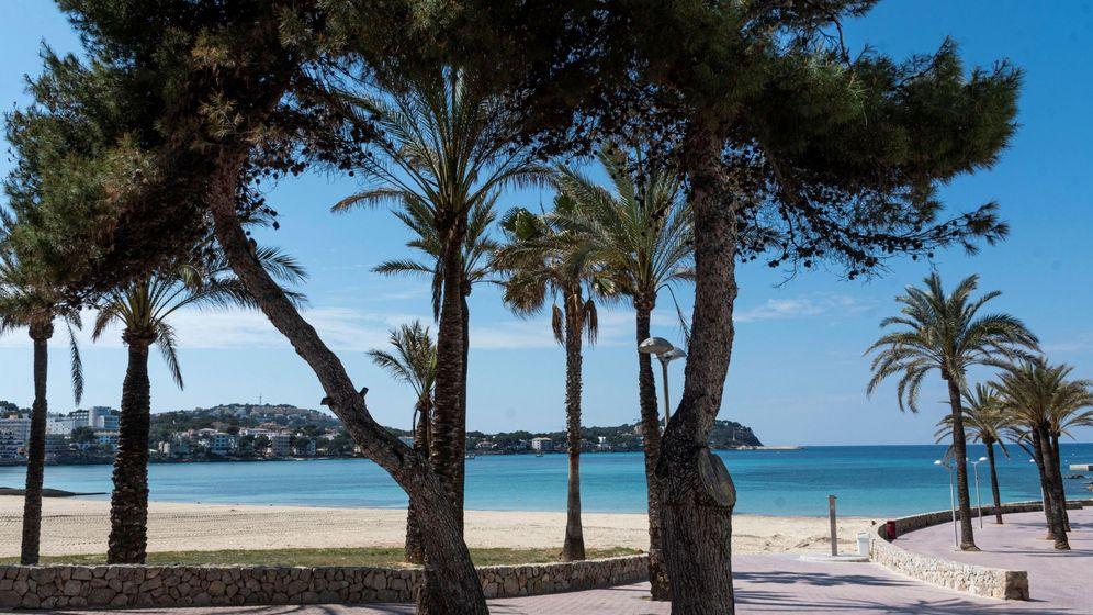 Foto: Vista general de la mallorquina playa de Santa Ponça, el pasado 10 de abril, vacía por el confinamiento. (EFE)