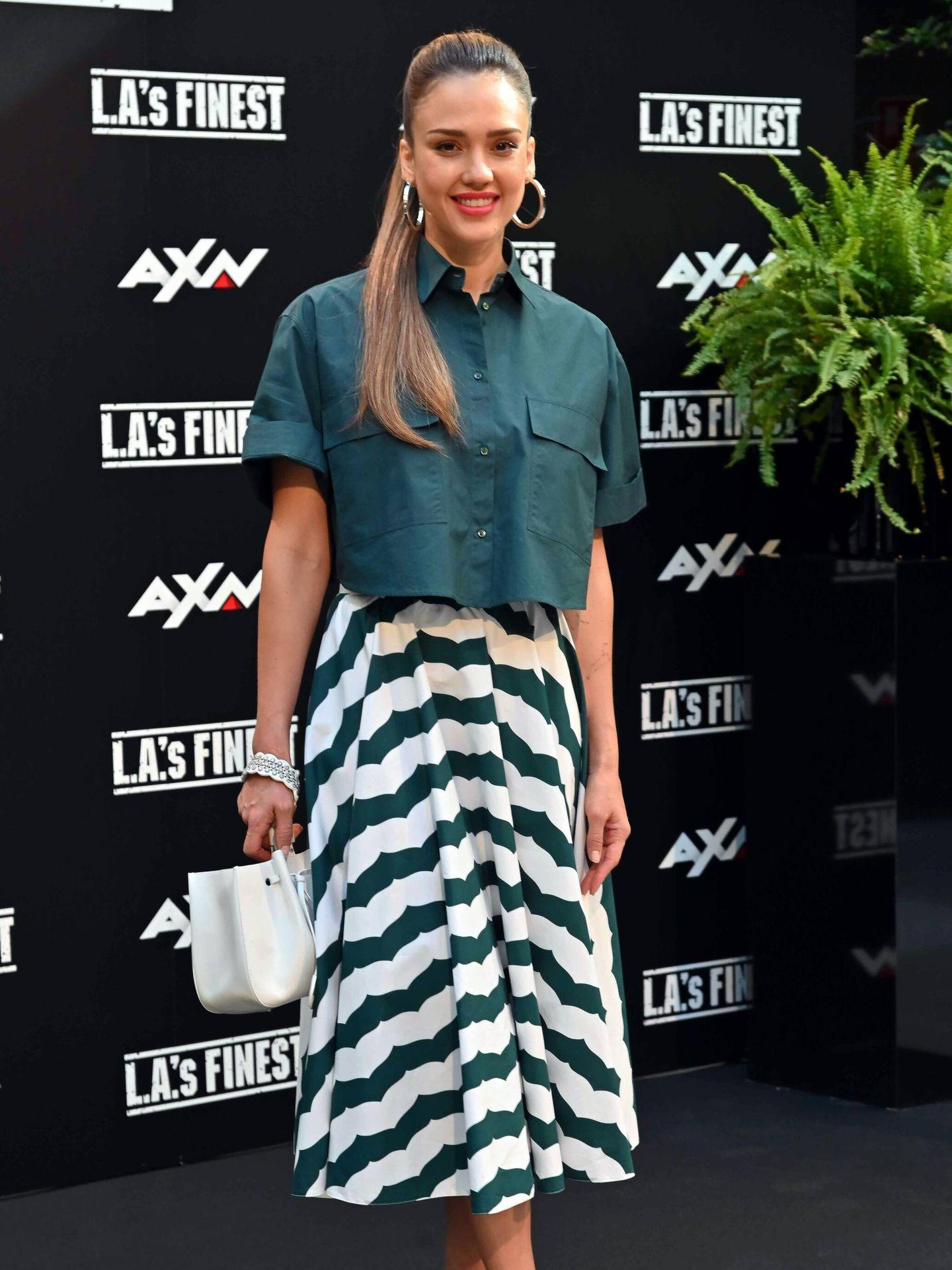 Jessica Alba con el mismo look que la reina Rania. (CP)