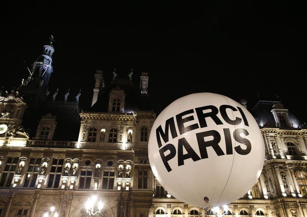 Foto: Un globo a las puertas del Ayuntamiento de París tras conocerse la victoria de Anne Hidalgo (Reuters).