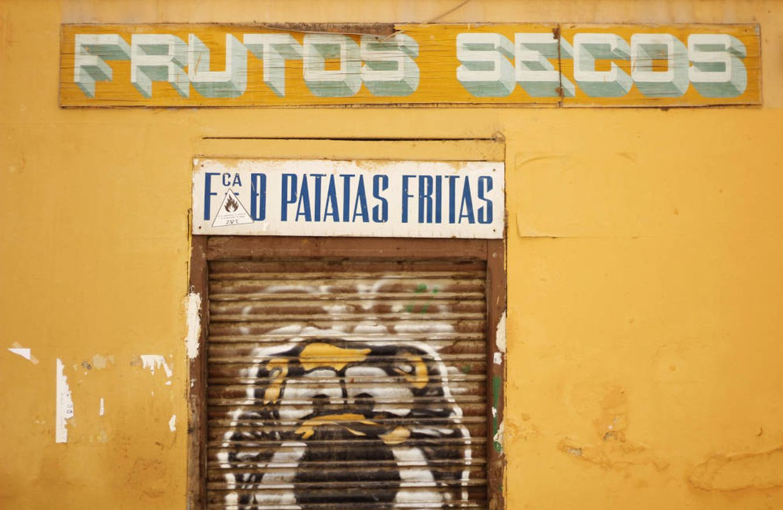 Local cerrado en uno de los accesos a la plaza Vieja de Vallecas. (J. B.)