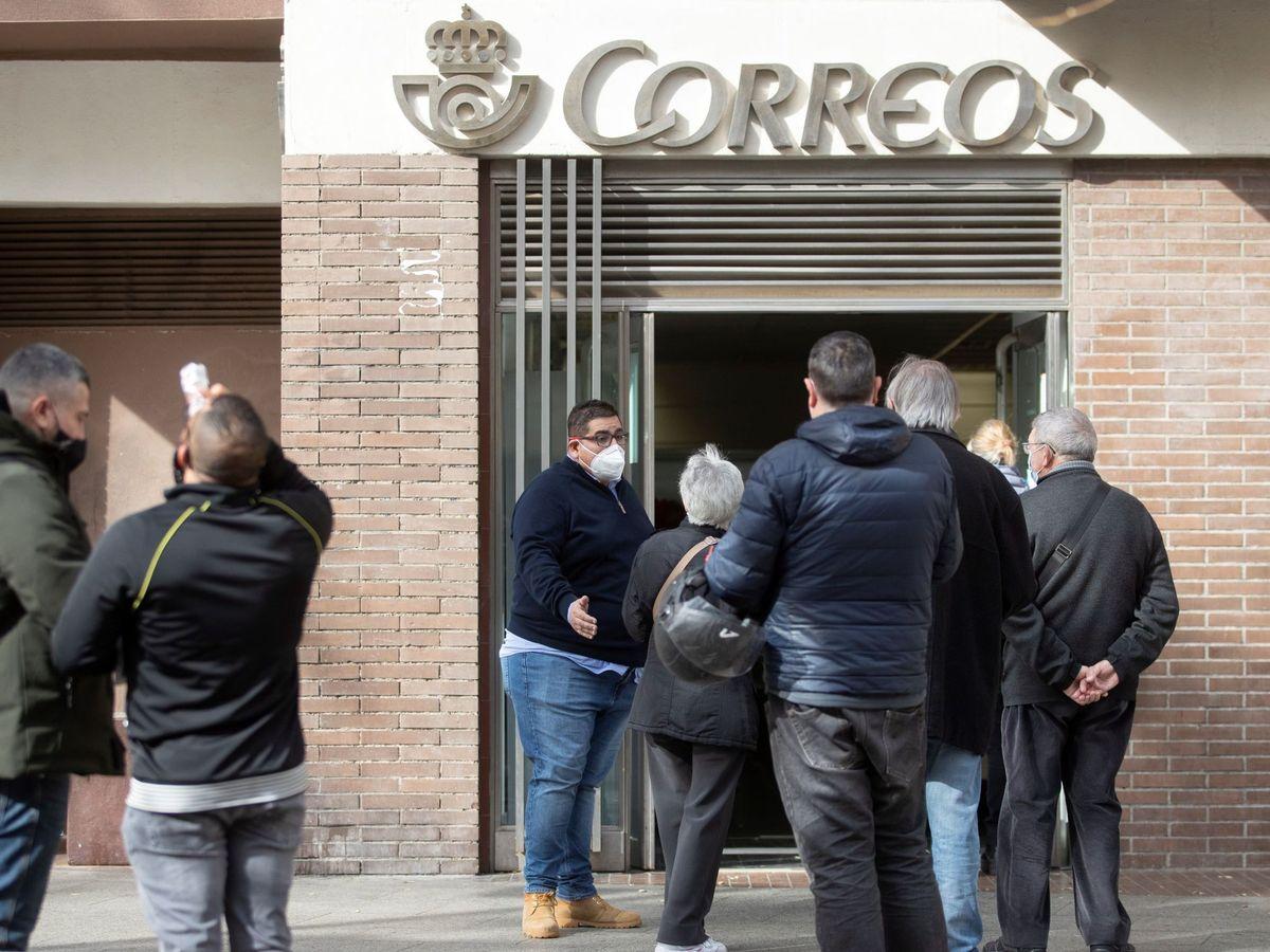 Foto: Varias personas hacen cola en una oficina de Correos de Barcelona, el pasado viernes. (EFE)