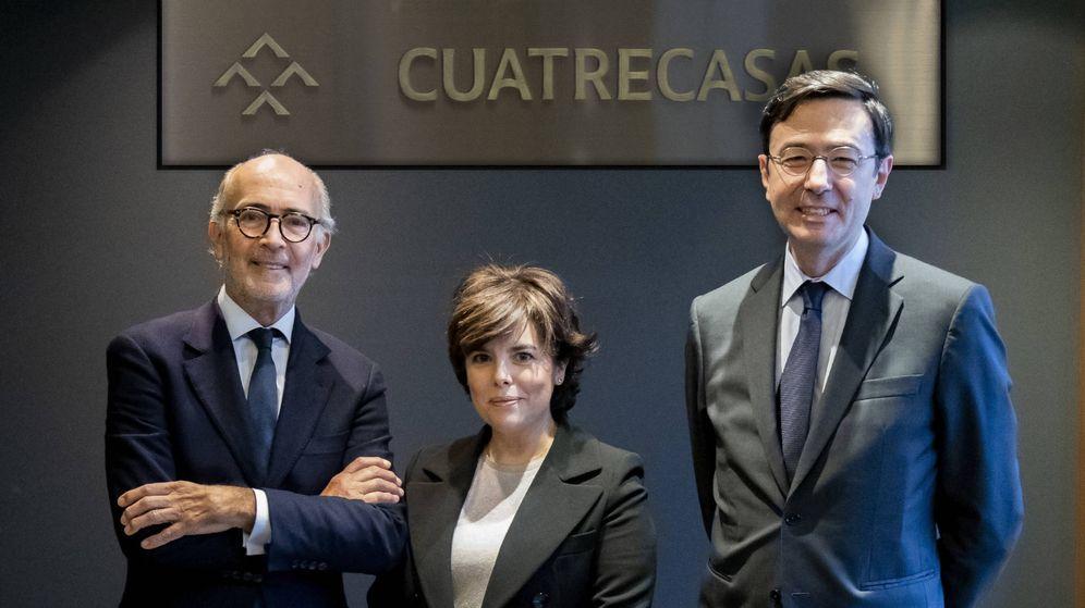 Foto: La exvicepresidenta del Gobierno Soraya Sáenz de Santamaría, junto a Rafael Fontana (i), presidente de Cuatrecas, y Jorge Badía, nuevo CEO.