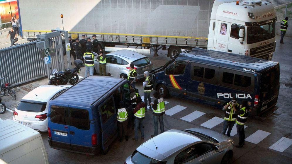 Foto: La policía intenta impedir que los mossos quemen documentos en una incineradora (EFE)