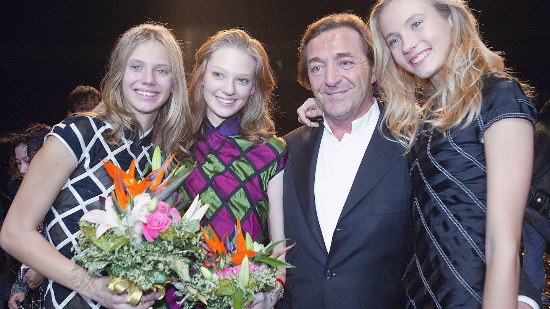 Geráld Marie junto a tres modelos de Elite en una imagen de 2005. (Getty)