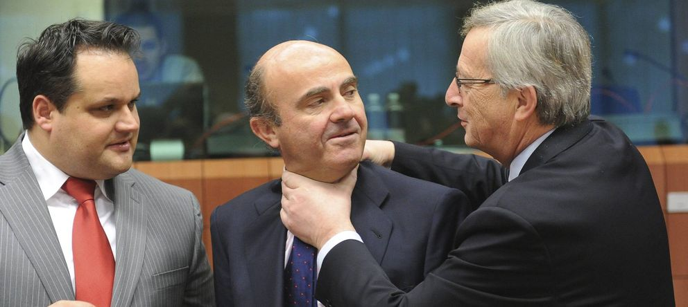Foto: Juncker bromea con De Guindos en una reunión del eurogrupo (EFE)