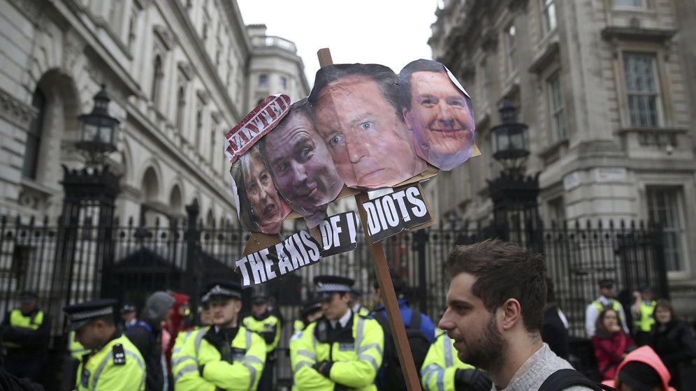 Foto: Manifestantes protestan contra el Gobierno de Cameron en Downing Street, Londres, el 9 de abril de 2016 (Reuters)