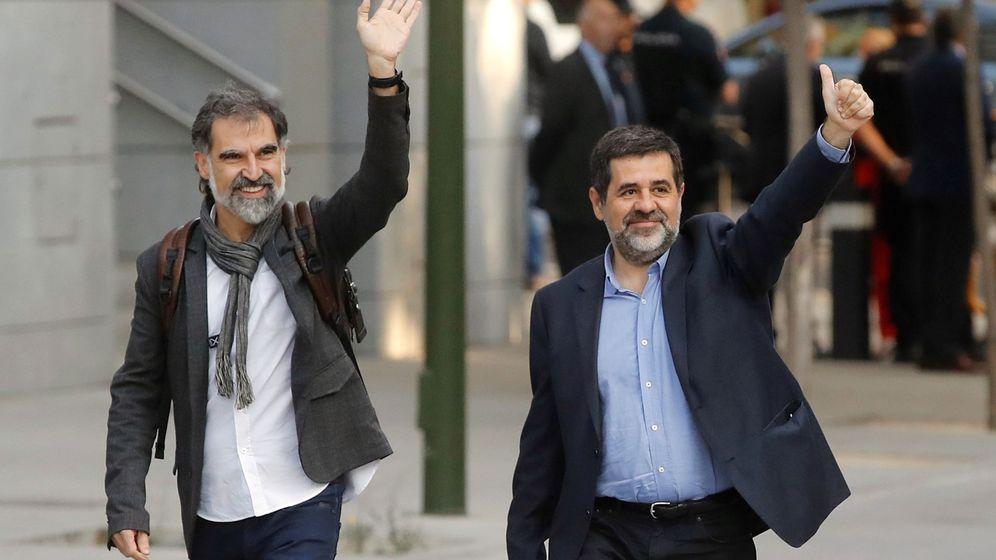 Foto: Jordi Sànchez (dcha) y Jordi Cuixart (izda), a su entrada a la Audiencia Nacional el pasado mes de octubre. (EFE)